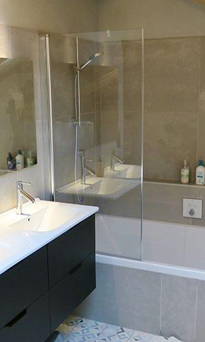 Création d'une salle de bain avec robinetterie encastrée dans la tablette. Meuble double vasque