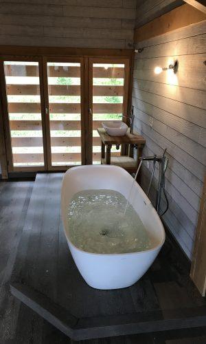 Pose d'une baignoire ilôt dans une suite parentale