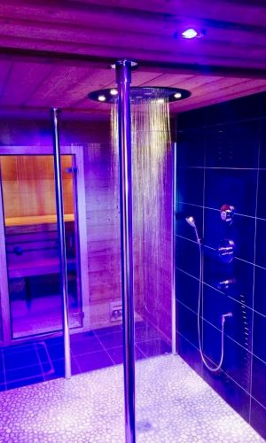 Création d'un espace bien-être avec receveur de douche à carreler 180×180. Pomme de tête encastrée XXL 60cm de marque Axor