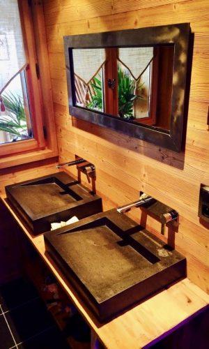 Double vasque en pierre avec robinetterie encastrée Hansgrohe